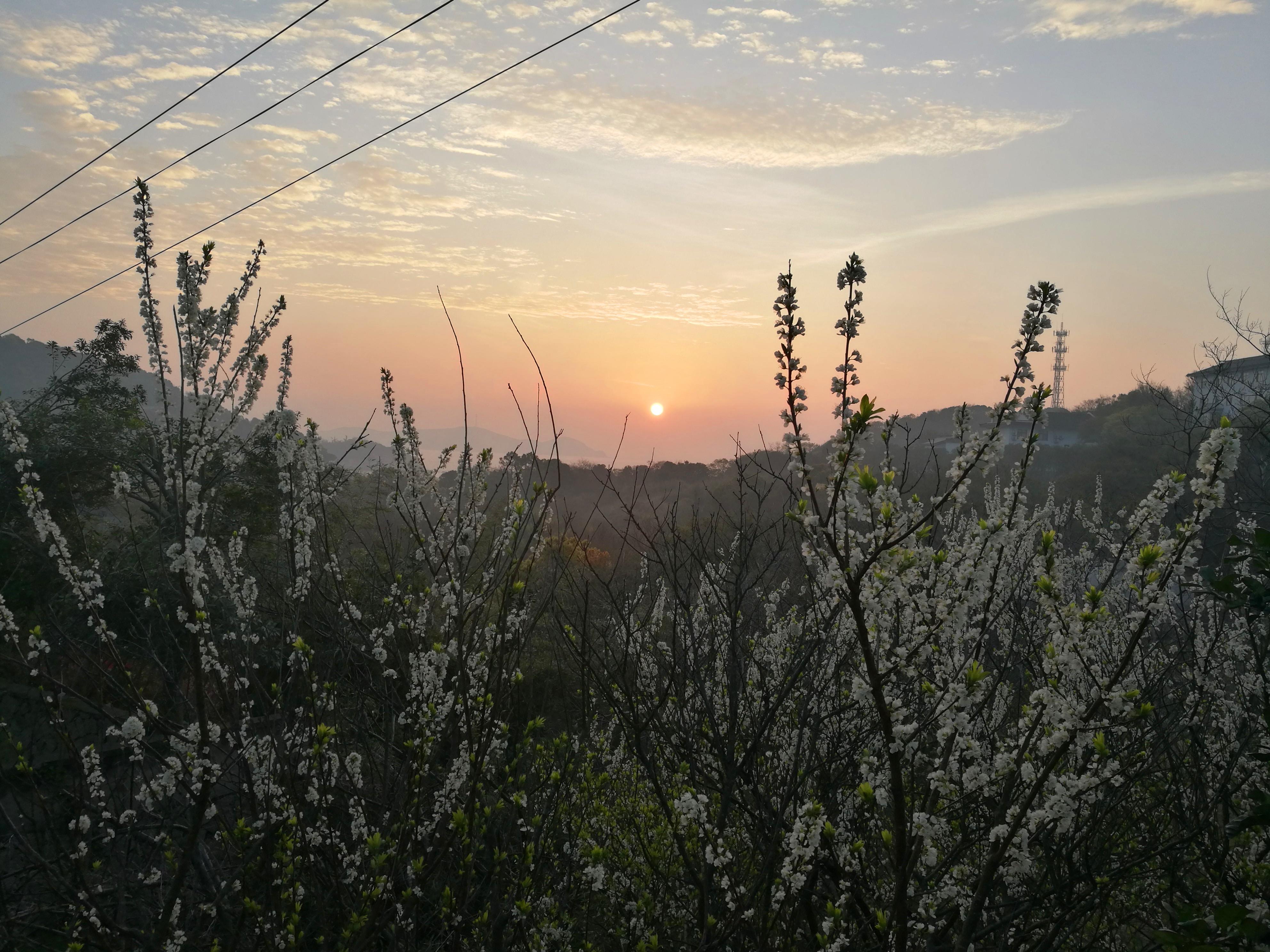 小山村的日出